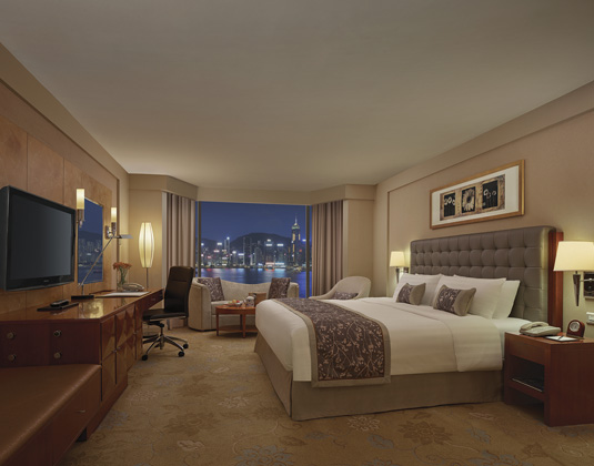 Kowloon_Shangri-La_-_Deluxe_Harbour_View_Room_at_night.jpg